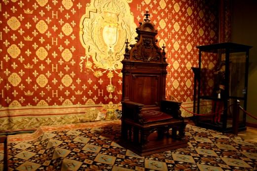 Reconstitution de la salle du trône. Ceci est le trône du Comte de Chambord.