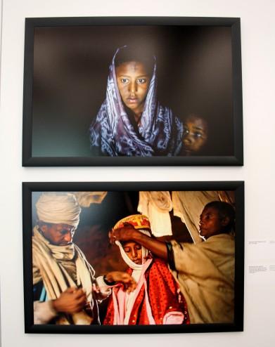 Destaye, 11ans, revêt son habit traditionnel pour son mariage avec Addisu, 23ans, un prêtre.