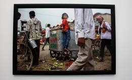 Petite fille travaillant seule à New Delhi (Inde).