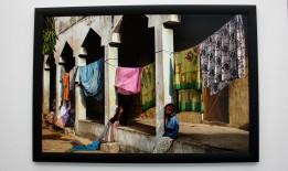 Deux fillettes dans un camp de réfugiés et de fortune.