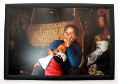 Niruta, 24ans, avec sa cadette de 11mois, dans l'étable où elle passe la majeur partie de son temps à s'occuper de ses trois enfants et des animaux.