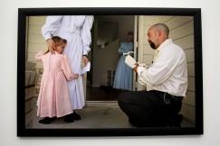 Un enquêteur du Texas prélève un échantillon d'ADN sur une petite fille de 2ans.