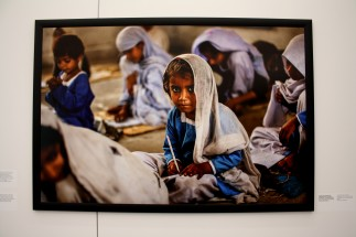 Uzma, 4ans, apprend l'alphabet dans une école créée par une femme victime d'un viol collectif. (Pakistan)
