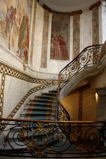 Le grand escalier qu'il y a dans le jardin d'hiver