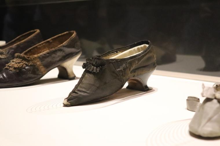 Chaussure de Marie-Antoinette, Marche et Démarche, une histoire de la chaussure, au Musée des Arts Décoratifs