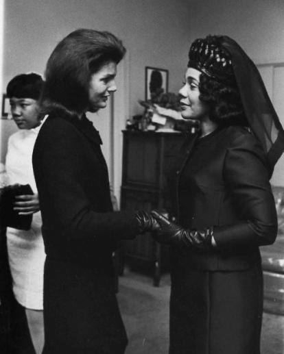 Jackie Kennedy et Coretta Scott King, lors des funérailles de Martin Luther King